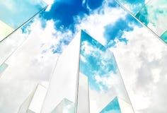 Nedersta sikt av reflexionen av blå himmel på byggnadsspegeln abstrakt bakgrund Arkivbilder