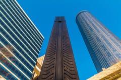 Nedersta sikt av skyskrapor och Andrew Young Obelisk, Atlanta, USA Royaltyfri Fotografi
