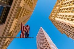 Nedersta sikt av skyskrapor och flaggan av USA, Atlanta Fotografering för Bildbyråer
