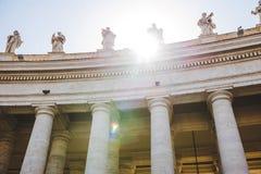 nedersta sikt av statyer med solljus på St Peters Square arkivfoton