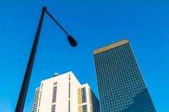 Nedersta sikt av streetlighten och skyskrapor, Atlanta, USA Royaltyfria Foton