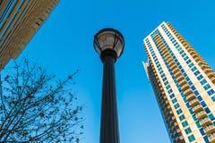 Nedersta sikt av streetlighten och skyskrapor, Atlanta, USA Arkivbilder