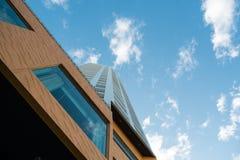 Nedersta sikt för moderna byggnader Arkivbild