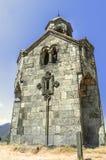 Nedersta sikt på av det högväxta tornet klockatornet i kloster av Haghpat Royaltyfria Bilder