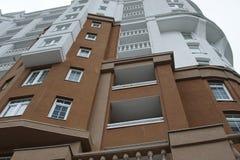 Nedersta sikt på ny modern byggnad arkivfoto