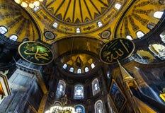 Nedersta upp inre sikt av den kupolformiga absid i Hagia Sophia med mosaiken av oskulden Mary och barnet royaltyfri foto