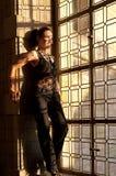 Nedfläckad fönstersolnedgång för kvinna Arkivfoton