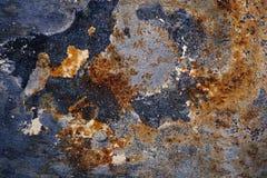 Nedfläckad järnplatta med rosttextur Arkivfoto