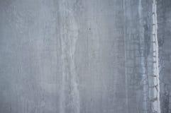Nedfläckad och sliten gammal betongvägg med den blåaktiga färgensemblen arkivfoton