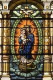 nedfläckada fönster för katolsk kyrka Arkivfoto