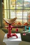 nedfläckadt fönster för antik glass scale royaltyfri foto