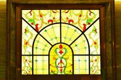 nedfläckadt fönster för färgrikt exponeringsglas arkivbild