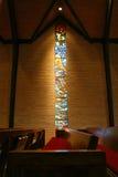 nedfläckadt fönster för kyrkligt exponeringsglas Arkivfoto