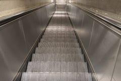 Nedgående rulltrappa Fotografering för Bildbyråer