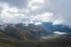 Nedgående skotsk höglands- bergdal för flod till sjön under Royaltyfri Foto