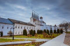 Nedgång 2018, en rysk ortodox, Tihvin, St Petersburg region, Ryssland för Tikhvin antagandekloster royaltyfria foton