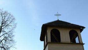 Nedgång för blad för höst för lantligt retro träkors för kyrkligt torn färgrik arkivfilmer