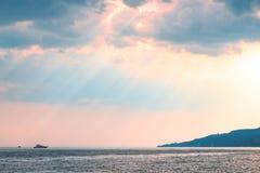 Nedgång för solstrålsol på havssolnedgången Royaltyfri Foto