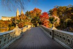 Nedgång i Central Park med pilbågebron, New York Royaltyfria Bilder