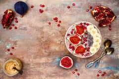 Nedgång och vinterfrukostuppsättning Acai superfoodssmoothies bowlar med chiafrö, granatäpplet, bananen, nya fikonträd, hasselnöt Royaltyfri Bild