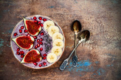 Nedgång och vinterfrukostuppsättning Acai superfoodssmoothies bowlar med chiafrö, granatäpplet, bananen, nya fikonträd, hasselnöt Royaltyfri Foto