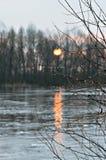 Nedgång på floden med daggdroppar Arkivbild