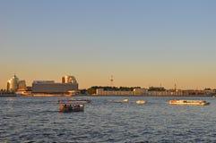 Nedgång på floden Neva i St Petersburg Royaltyfri Bild