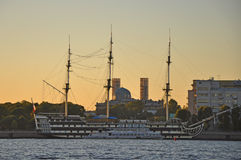 Nedgång på floden Neva i St Petersburg Royaltyfria Bilder