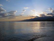 Nedgång på sjön Issyk Kul fotografering för bildbyråer