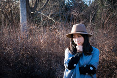 Nedgång ung asiatisk tänkande kvinna för höst arkivbild
