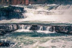 Nedgångar för Kootenai flodvatten i montana berg Royaltyfri Fotografi