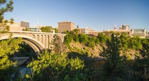 Nedgångar och den Washington Water Power byggnaden längs Spokanen Royaltyfria Foton