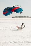 Nedgången av fallskärmshopparen i vintern på snö Arkivfoton