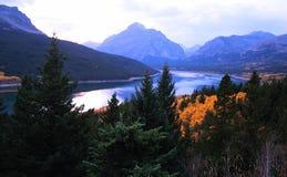Nedgången fäller ned sjön för två medicin och stigande Wolf Mountain Royaltyfri Fotografi