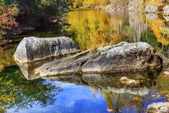 Nedgången färgar den orange reflexionsWenatchee floden Washington Arkivbild