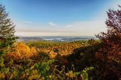 Nedgången färgar på södra Carolina Mountains med sjön på bakgrunden Arkivfoto