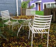 Nedgången har ankommen Trädgårduteplatsmöblemang bland höstsidorna Royaltyfria Foton
