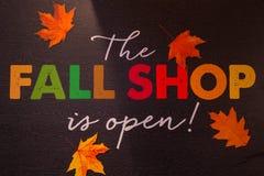 Nedgången Shop är öppen royaltyfri bild