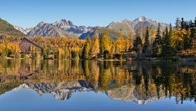 Nedgångfärg- och berglandskap Royaltyfri Foto