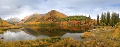 Nedgångfärger i toppiga bergskedjan berg Kalifornien royaltyfri bild