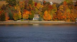 Nedgångfärger längs helgonet Lawrence River fotografering för bildbyråer