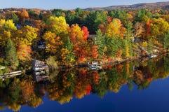 Nedgångfärger längs sjön royaltyfria foton