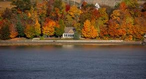 Nedgångfärger längs Sten Lawrence River royaltyfri bild