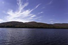 Nedgångfärger med berg och en sjö Royaltyfri Fotografi