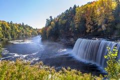 Nedgångfärger på Tahquamenon nedgångar i Michigan Royaltyfria Bilder