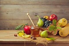 Nedgångfrukt på trä Nedgångfrukter och pumpa på trätabellen stek Turkiet med grönsak- och vinexponeringsglas Arkivfoto