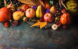Nedgångfrukter och grönsaker på mörk lantlig träbakgrund, bästa sikt, gräns royaltyfria bilder