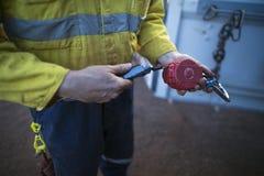 Nedgånggripandesjälv som drar utrustning för absorbatorsäkerhetsapparat tillbaka royaltyfria bilder