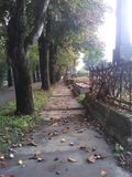Nedgångkyrkogårdväg Arkivfoto