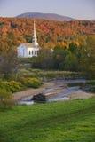 Nedgånglövverk bak en lantlig Vermont kyrka Royaltyfri Fotografi